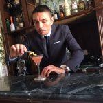 Elia Calò mentre prepara un cocktail in una struttura di lusso
